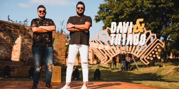 Davi e Thiago lançam A Cada Cleck, primeiro single do DVD