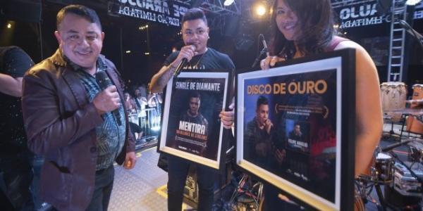 Felipe Araújo recebe disco de Diamante e Ouro na volta aos palcos