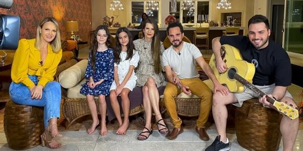 Luciano Camargo recebe Eliana em sua casa